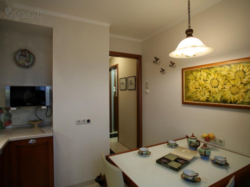 Простая коричневая кухня в двухкомнатной квартире в стиле мо.